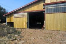 Hangar avec bardage bois et translucides en facade
